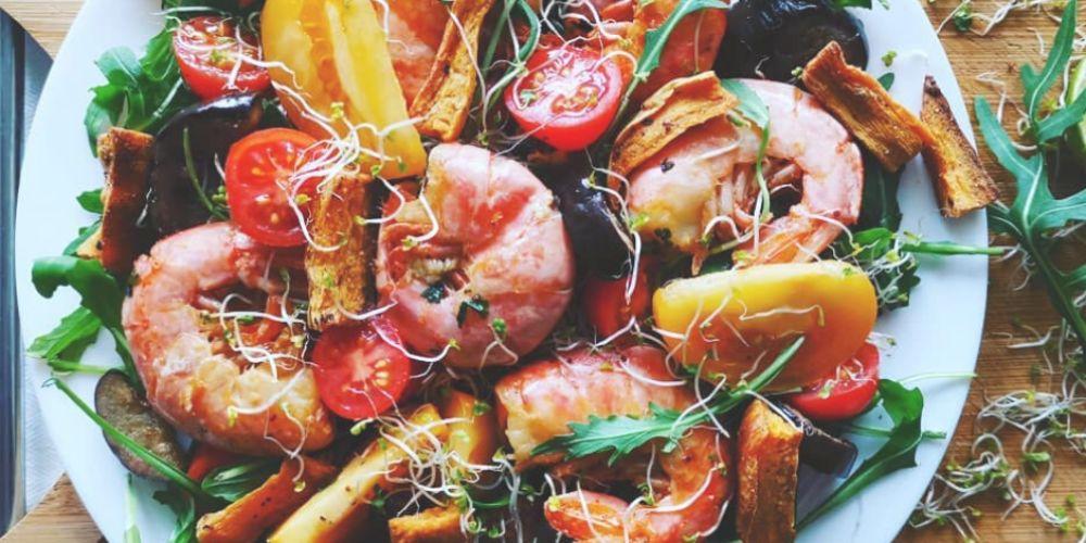 Sałatka z rukolą, krewetkami i batatami