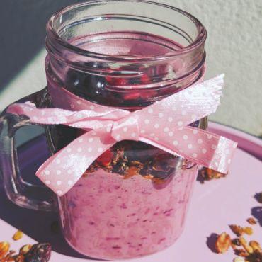 Pyszny jogurt z owoców leśnych i banana